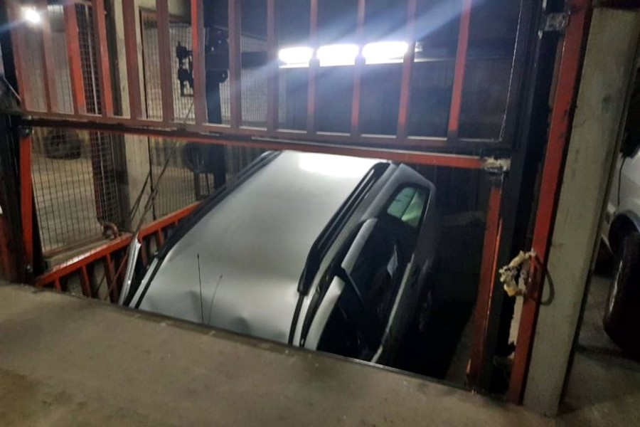 Auto atrapado en ascensor