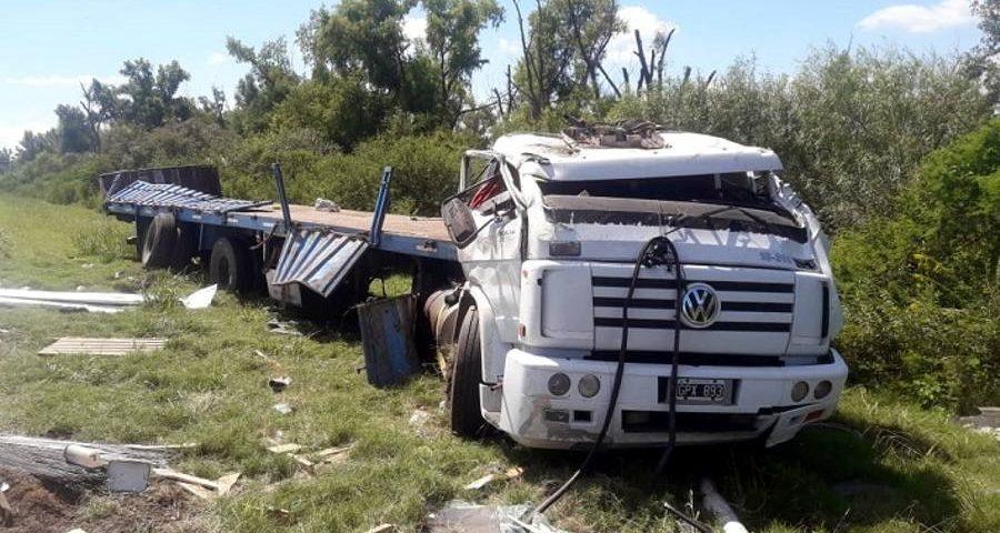 Un camión volcó ruta 12