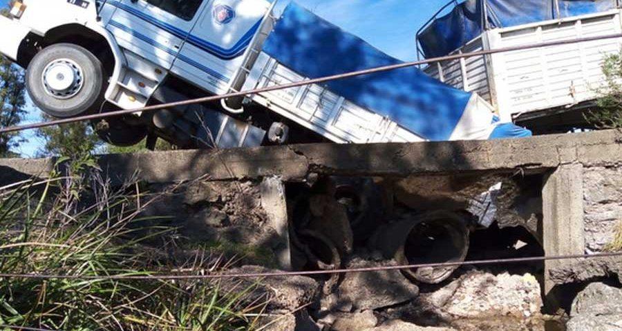 Camion-caido-en-el-puente